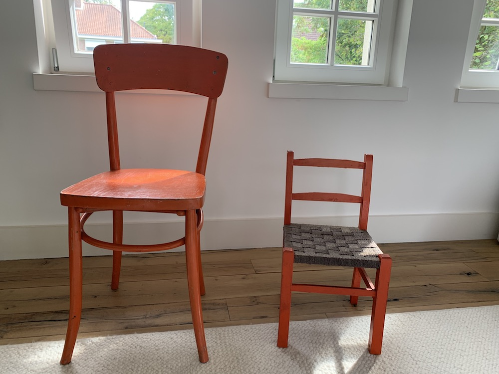 vintage chairs, chaises vintage, rope chair, chaises paintes, painted chairs, orange chairs, chaise enfant assise corde, child's chair, thonet style