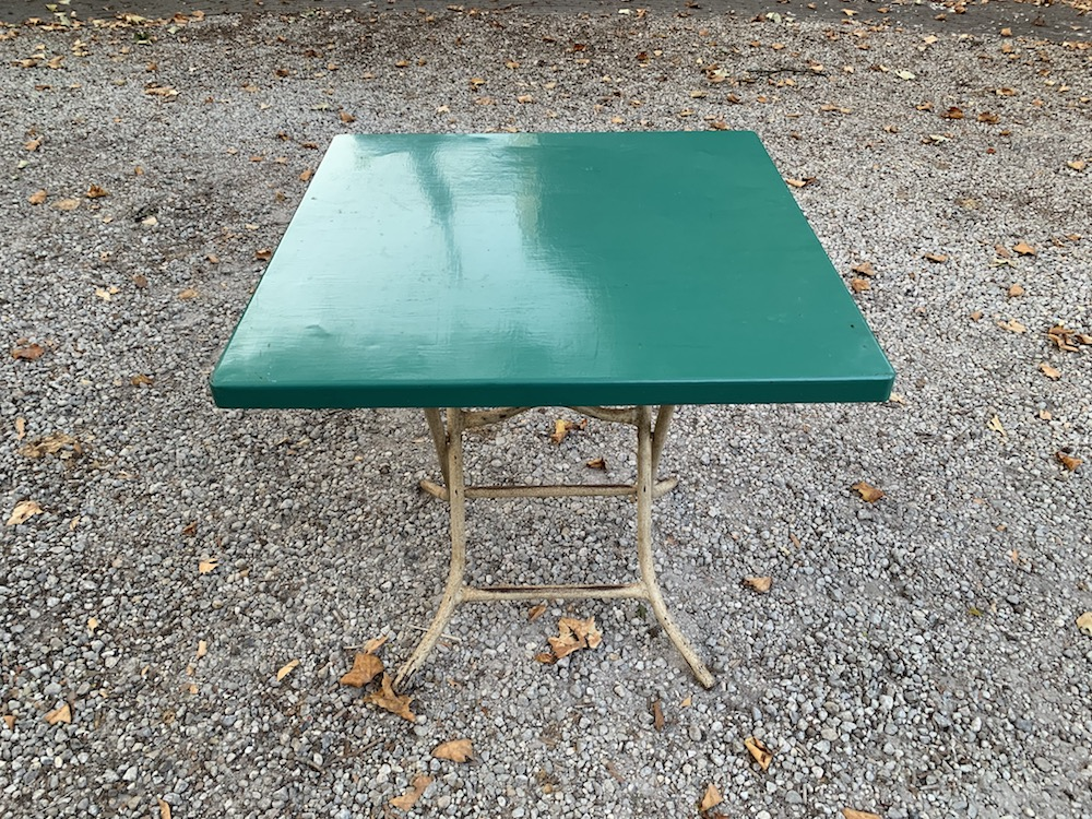table, table vintage, vintage table, playing table, industrial, industrial table, vintage, vintage furniture, mobilier vintage, table à jeux, table industrielle, table métallique, table métal, metallic table, folding table, table pliante, interior decoration, decoration intérieure, cool decoration, loft, home, small table, practical furniture, nice chairs, nice table, table originale