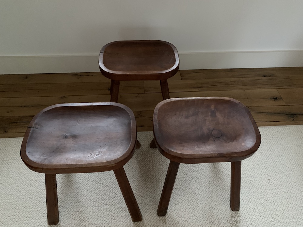 old stools, tabourets, tabouret vintage, tabouret campagnard, tabouret brutaliste, brutalist, vintage stools, vintage stool, art populaire, kinfolk, tabouret tripode, charming stool, beau tabouret, tabouret bois, tabouret ancien, nicechairs.be, nice chairs