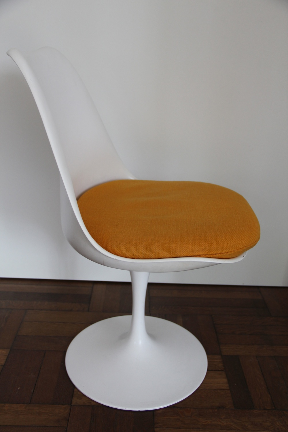Vintage tulip chair by Saarinen for Knoll